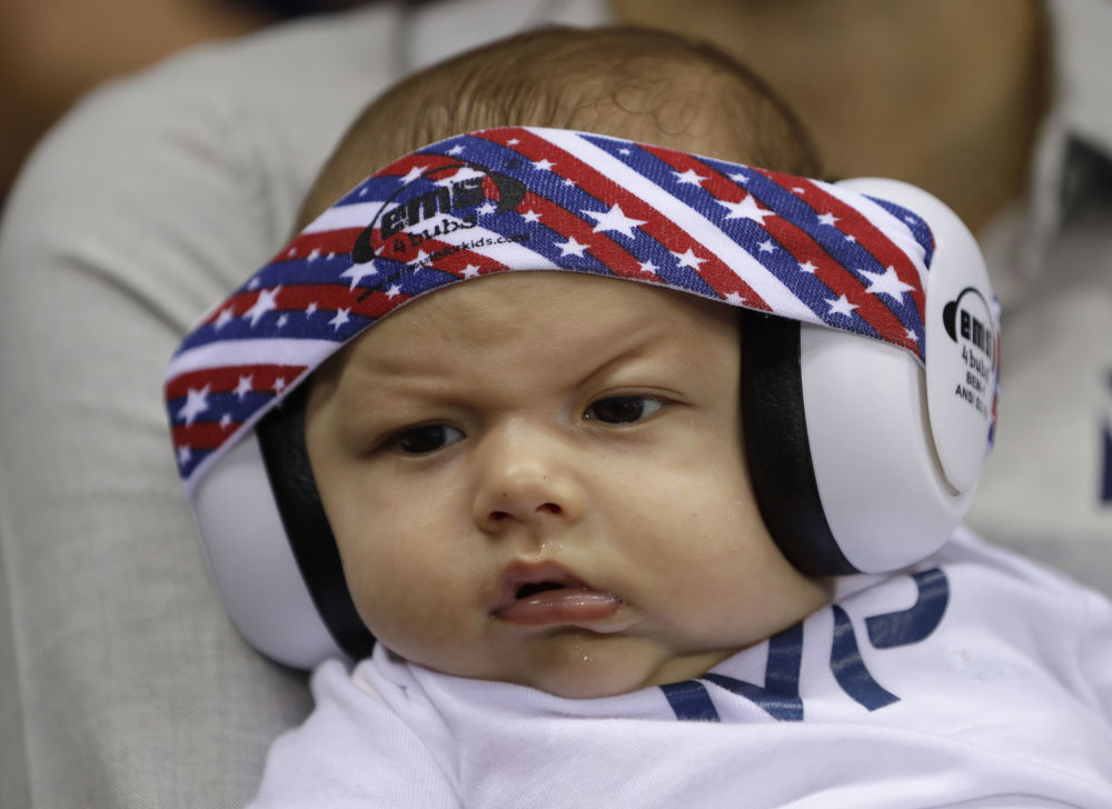 أولمبياد ريو 2016 - ابن السباح الأمريكي مايكل فيليبس يرتدي سماعات واقية للصوت خلال ألعاب ريو 2016، 11 أغسطس/ آب 2016