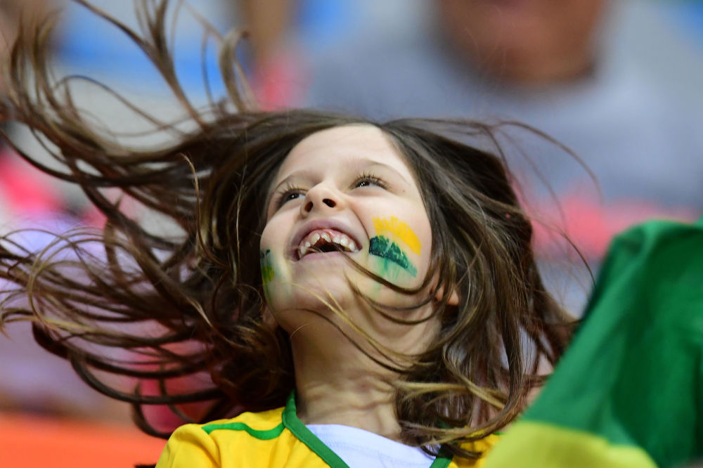 أولمبياد ريو 2016 - مشجعة برازيلية صغيرة تشجع فريقها لكرة اليد للنساء، 9 أغسطس/ آب 2016