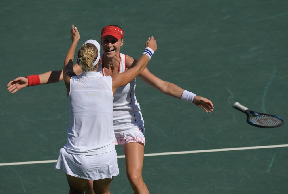 الروسيتان يكاترينا ماكاروفا ويلينا فيسنينا في بطولة التنس للسيدات في دورة الألعاب الأولمبية الصيفية الحادية والثلاثين