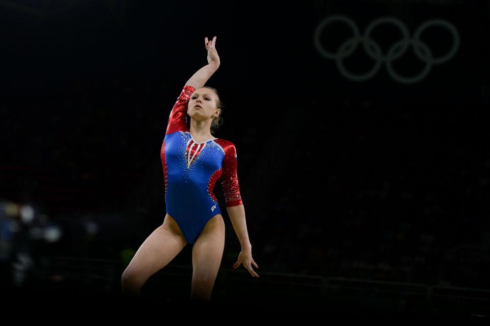 اللاعبة الروسية داريا سبيريدونوفا تنفذ الحركات على عارضة التوازن خلال مسابقة في الجمباز في دورة الالعاب الأولمبية الصيفية الحادية والثلاثين في ريو دي جانيرو
