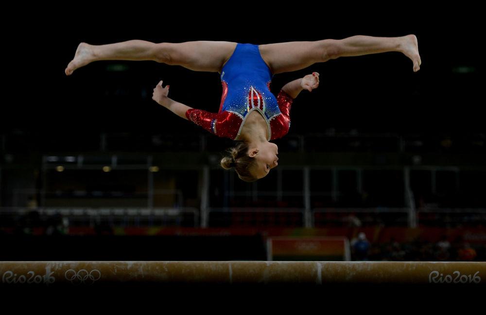الرياضية الروسية داريا سبيريدونوفا خلال منافسة الجمباز في دورة الألعاب الأولمبية الصيفية الحادية والثلاثين
