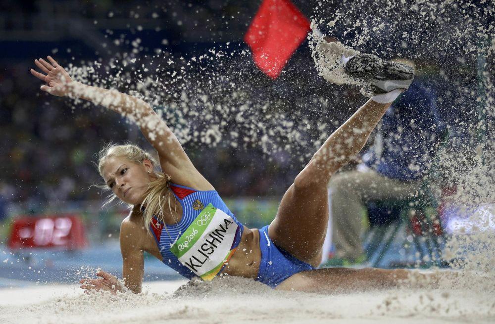 الرياضية الروسية داريا كليشينا خلال المنافسة في دورة الألعاب الأولمبية الصيفية الحادية والثلاثين في ريو دي جانيرو