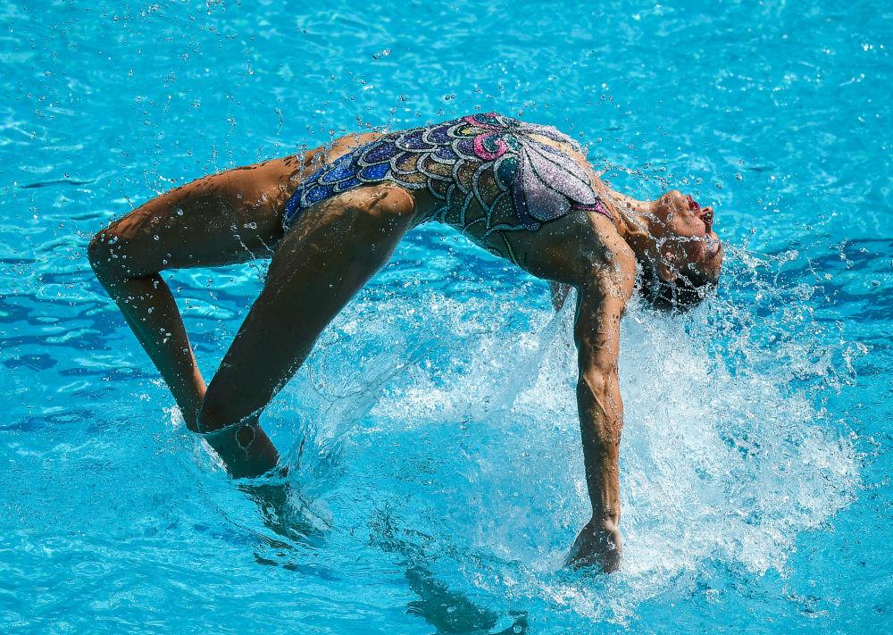 السباحة الروسية ناتاليا ايشينكو خلال دورة الألعاب الأولمبية الحادية والثلاثين