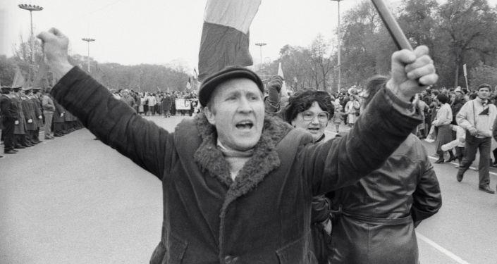 المتطرفون من الجبهة الشعبية يسدون الطريق لمنع الذهاب إلى المظاهرة في بواسطة معدات عسكرية وحربية في العاصمة كيشيناو،  مولدوفا عام 1989
