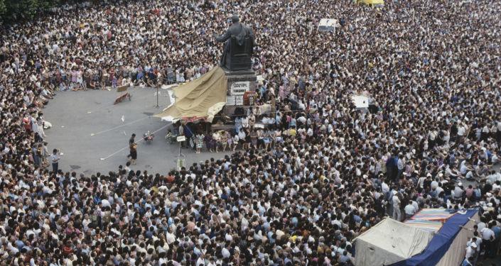 حشودات كبيرة اجتمعت في ساحة سفوبودا (الحرية)  في العاصمة يريفان، أرمينيا 1990