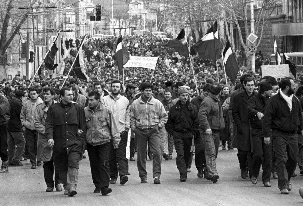 مظاهرة في شوارع العاصمة الجورجية تبليسي لتسريع عمليات إعادة البناء والتغيير واستقلال جهوريات الاتحاد، 1990