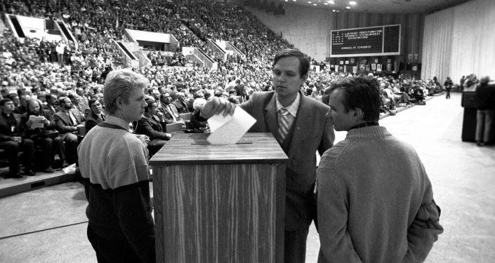 التصويت في المؤتمر التأسيسي للمنظمة الاجتماعية-السياسية سايوديس في قاعة قصر سبورت في العاصمة فيلنيوس، ليتوانيا 22-23 أكتوبر/ تشرين الأول عام 1988