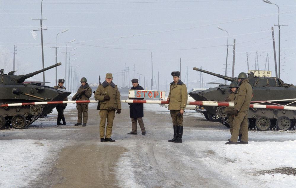 القوات السوفيتية على الحدود مع جمهورية ناخيتشيفان الذاتية الحكم (منطقة تابعة لجمهورية أذربيجان السوفيتية) عام 1990