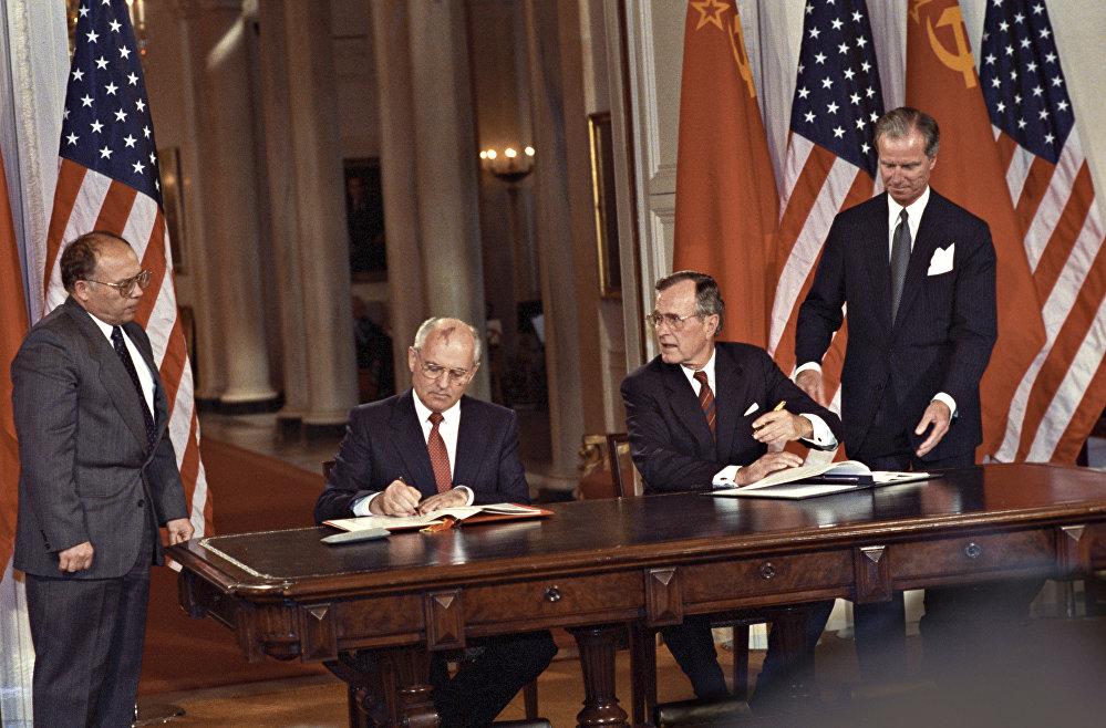 حفل التوقيع على وثائق التعاون المشترك بين البلدين، وذلك خلال الزيارة الرسمية لرئيس الاتحاد السوفيتي، الأمين العام للحزب الشيوعي ميخائيل غورباتشوف، إلى الولايات المتحدة الأمريكية وبعد مباحثاته مع الرئيس الأمريكي جورش بوش، 30 مايو/ آيار - 4 يونيو/ حزيران 1990.