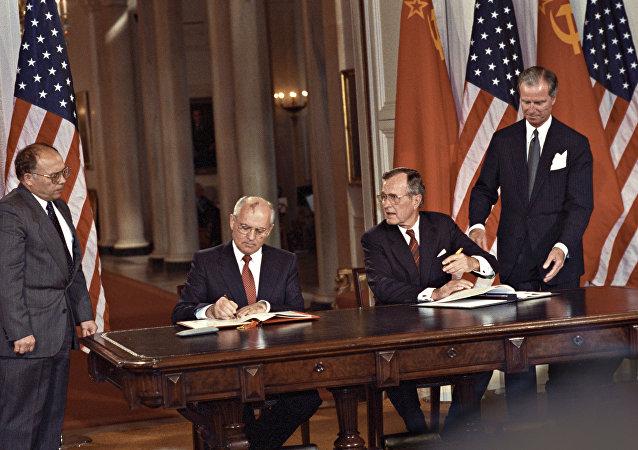 حفل التوقيع على وثائق التعاون المشترك بين البلدين، وذلك خلال الزيارة الرسمية لرئيس الاتحاد السوفيتي، الأمين العام للحزب الشيوعي ميخائيل غورباتشوف، إلى الولايات المتحدة الأمريكية ومقابلة الرئيس الأمريكي جورش بوش الأكبر، 30 مايو/ آيار - 4 يونيو/ حزيران 1990.