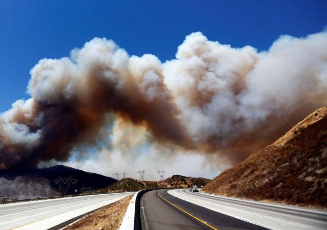 دخان كثيف ينبعث من نيران الحرائق في سان بيرناردينو بولاية كاليفورنيا، 17 أغسطس/ آب 2016