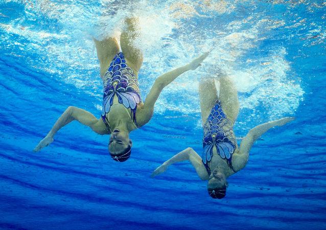 الرياضيتان الروسيتان سفيتلانا روماشكينا ونتاليا إيشينكو خلال أدائهما لعرضهما في أولمبياد ريو 2016