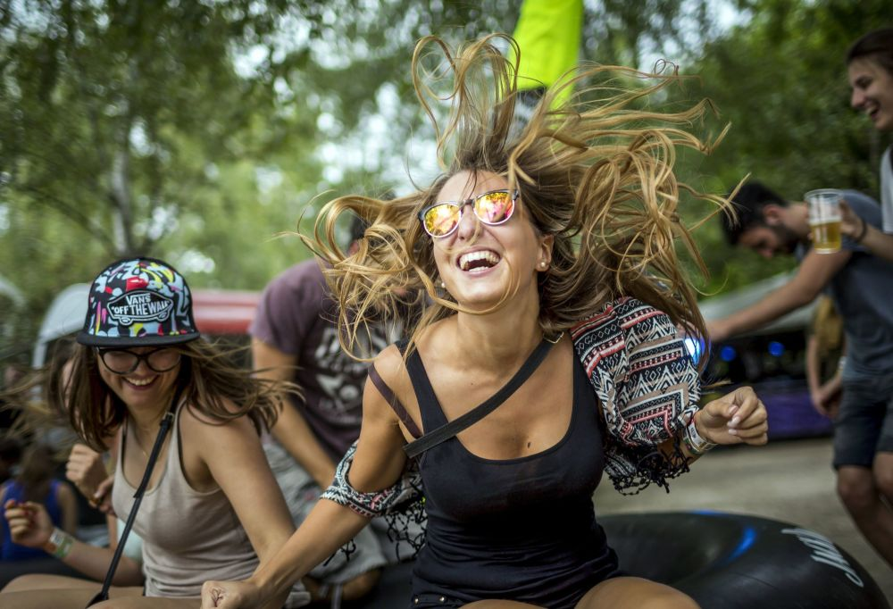 الفتيات ترقصن خلال مهرجان الموسيقى في العاصمة بودابست، المجر 13 أغسطس/ آب 2016