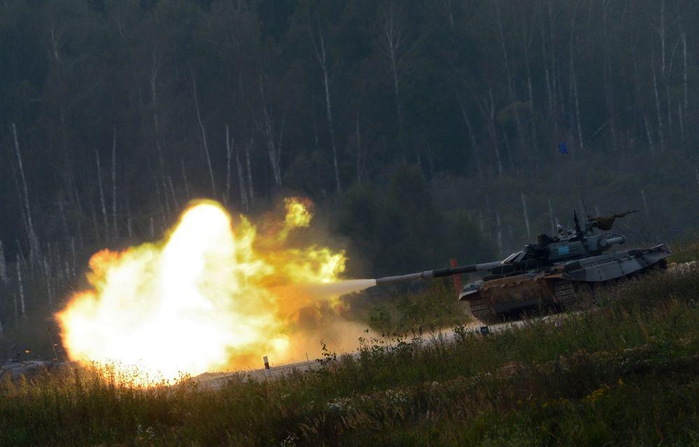 فرقة الدبابة تي-72 ب3 من كازاخستان خلال عرض المسابقة الدولية للألعاب العسكرية في ألابينو بضواحي موسكو.
