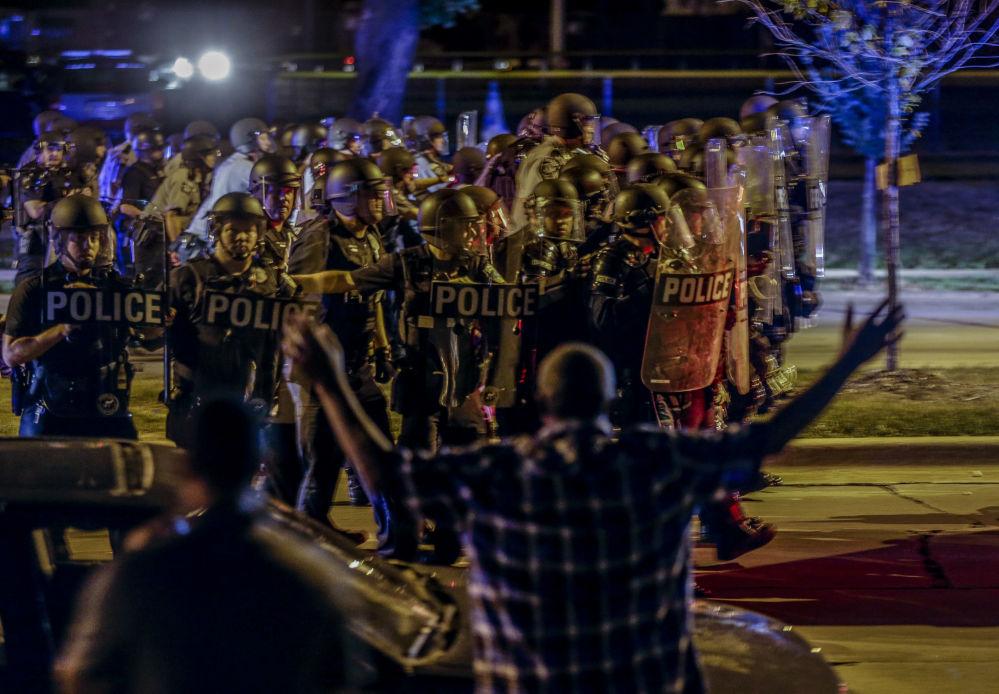اشتباك الشرطة الأمريكية مع المتظاهرين في مدينة ميلووكي بولاية ويسكونسن، 14 أغسطس/ آب 2016