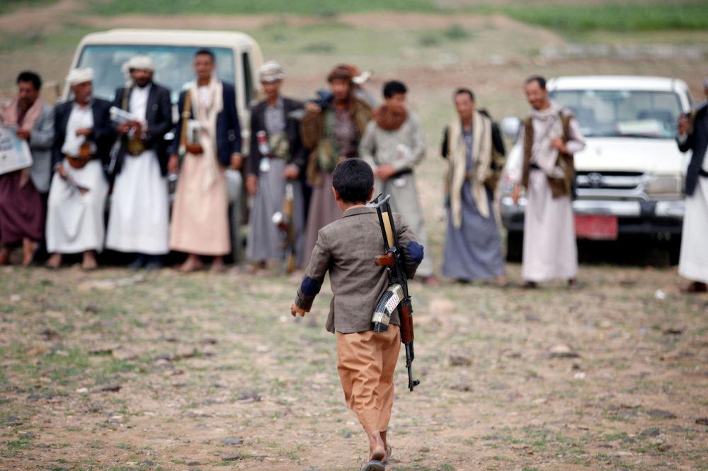 طفل يمني مسلّح موال لقوات الحوثيين، صنعاء 14 أغسطس/ آب 2016