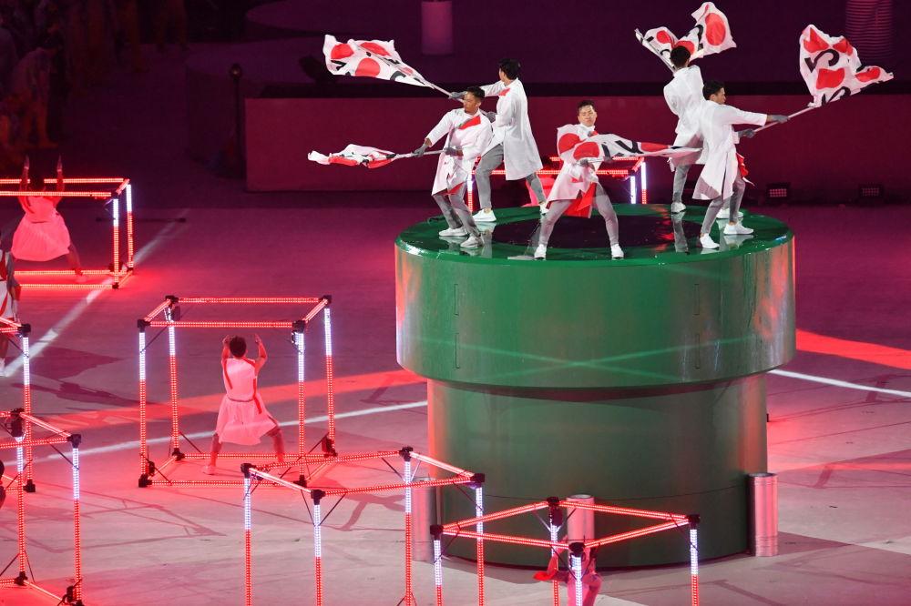 وداعاً ريو 2016 - فنانون أثناء عرض مسرحي في استاد ماراكانا خلال مراسم انتهاء الألعاب الأولمبية الصيفية الـ 31 في ريو دي جانيرو، 21 أغسطس/ آب 2016