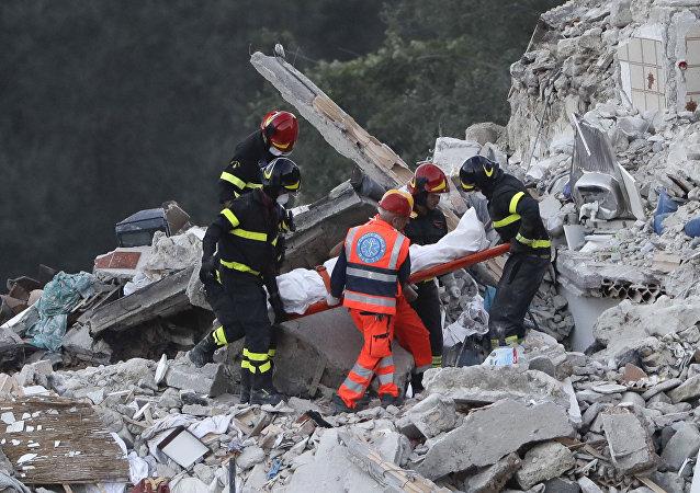 ارتفاع عدد ضحايا زلزال ايطاليا إلى أكثر من 240 قتيلا ومئات الجرحى