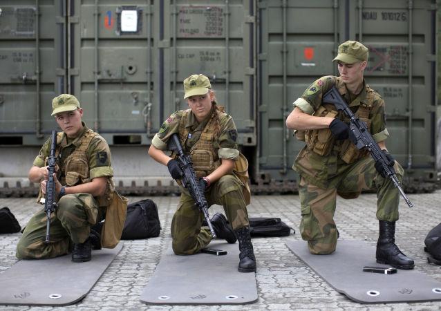 سيترموين، النرويج، 11 أغسطس/ آب 2016 - المجندات والمجندون النرويجيون خلال التحقق من الجاهزية القتالية للقوات النرويجية.