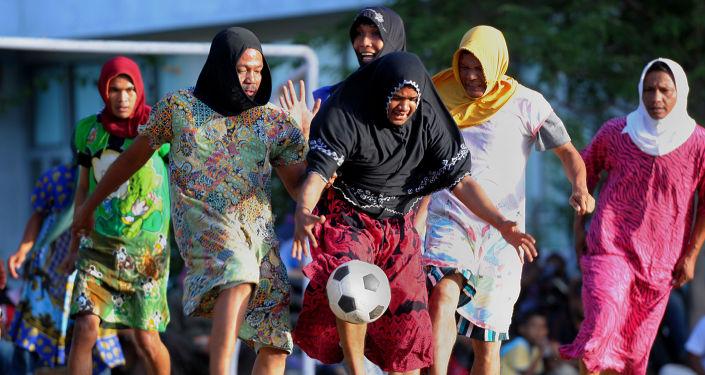 رجال اتشيه، يرتدون الملابس النسائية ويلعبون كرة القدم بمناسبة عيد الاستقلال الإندونيسي الـ 71 في باندا-أتشيه، إندونيسيا 20 أغسطس/ آب 2016