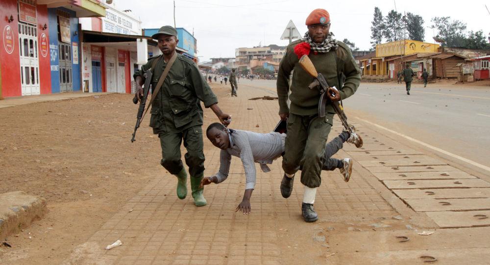 جنديان يعتقلان مدنياً شارك في احتجاجات مناهضة لفشل الحكومة في وقف أعمال القتل والعنف