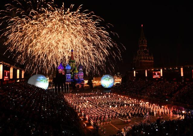 افتتاح مهرجان الموسيقى العسكري سباسكايا باشنيا لعام 2016 في موسكو - ألعاب نارية فوق الساحة الحمراء.