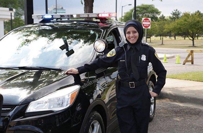 اللبنانية أمل شموط، من بلدة برعشيت بجنوب لبنان، أول شرطية محجبة في الشرطة الأمريكية بمدينة ديربورن في ولاية ميتشغن