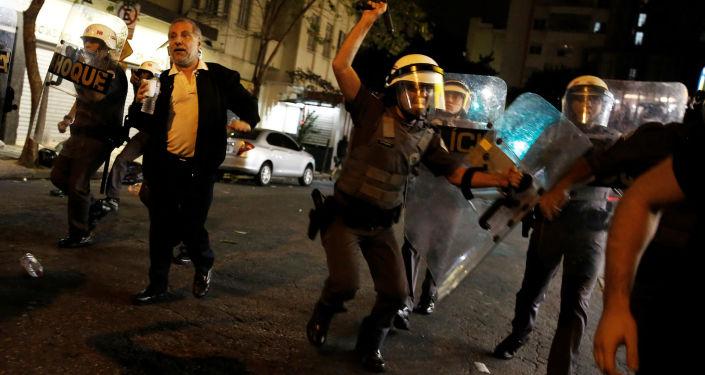 بعد عزل ديلما روسيف، بأي حال أصبحت البرازيل - اشتباكات بين الشرطة البرازيلية ومناصري ديلما روسيف إلى شوارع العاصمة ريو دي جانيرو احتجاجاً على قرار البرلمان البرازيلي، وتعيين ميشيل تيمير رئيساً مؤقتاً للبلاد 30 أغسطس/ آب 2016