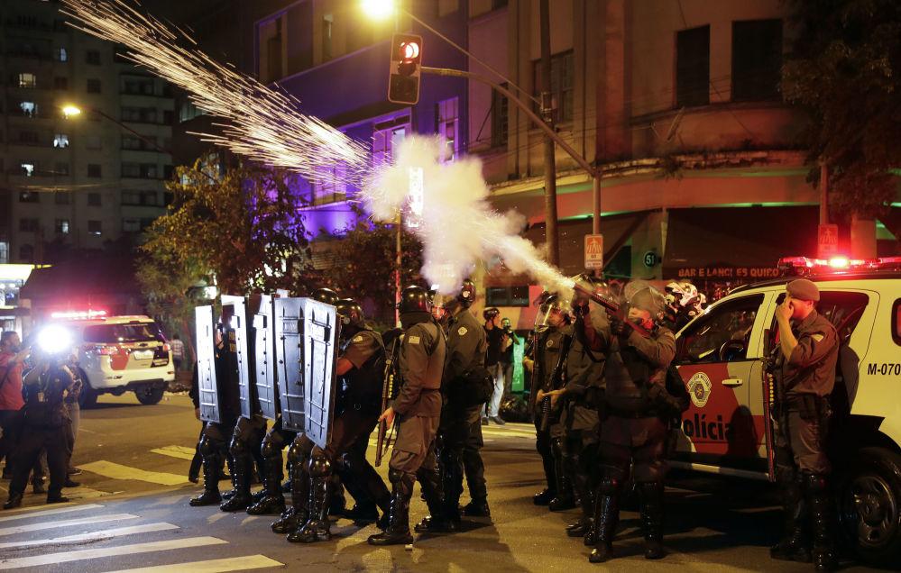 بعد عزل ديلما روسيف، بأي حال أصبحت البرازيل - الشرطة البرازيلية يقذفون قنابل الغاز المسيل للدموع أثناء مظاهرات لمناصري ديلما روسيف إلى شوارع العاصمة ريو دي جانيرو احتجاجاً على قرار البرلمان البرازيلي، وتعيين ميشيل تيمير رئيساً مؤقتاً للبلاد 30 أغسطس/ آب 2016