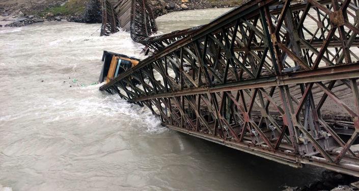 انهيار جسر بيلي في سيسو إثر فياضانت نهر تشيناب،  نحو 200 كيلومترا شمال شيملا بالهند، 29 أغسطس/ آب 2016