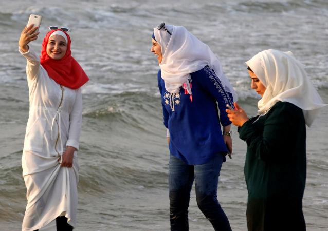 فتيات تلتقطن صور سيلفي على شاطئ بحر تل-أبيب، 30 أغسطس/ آب 2016