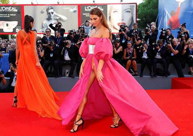 ملابس فاضحة لعارضات الأزياء فى مهرجان البندقية السينمائي