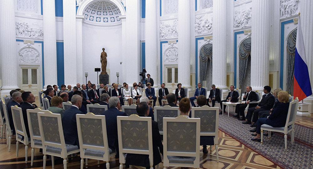 لقاء بوتين مع نشطاء حزب روسيا الموحدة