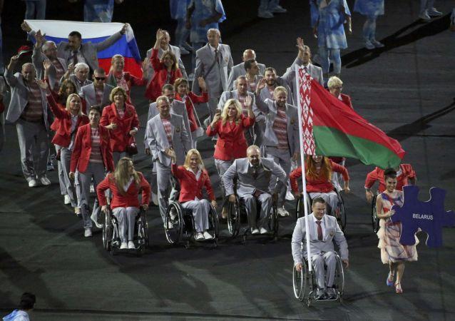 الوفد البيلاروسي يلحمل العلم الروسي في افتتاح بارالمبياد ريو