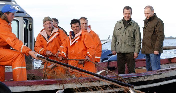الرئيس الروسي فلاديمير بوتن ورئيس الحكومة دميتري ميدفيديف أثناء الرحلة إلى جزيرة ليبنو