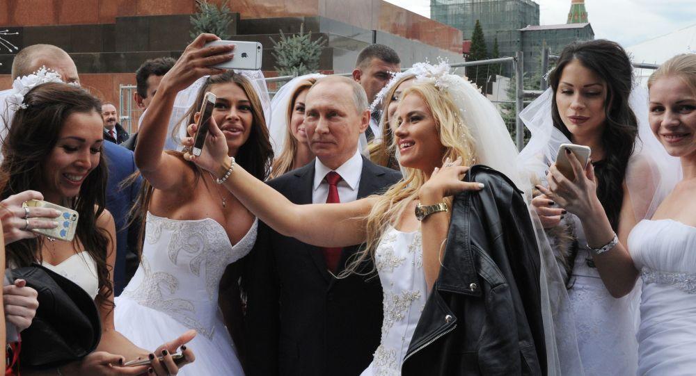 سيلفي الرئيس الروسي فلاديمير بوتين مع الفتيات في الساحة الحمراء خلال الاحتفال بيوم العاصمة موسكو
