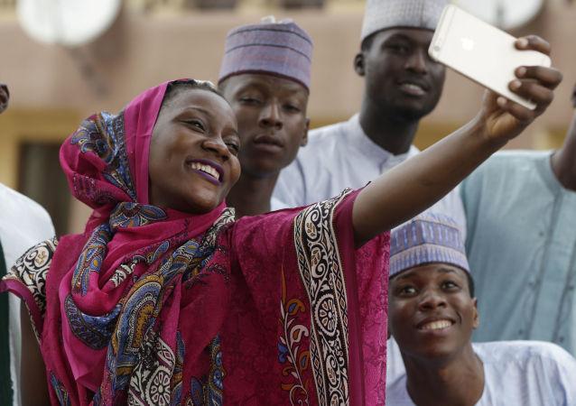فتاة تأخذ صورة سيلفي مع أصدقائها خلال عيد الأضحى فى نيجيريا