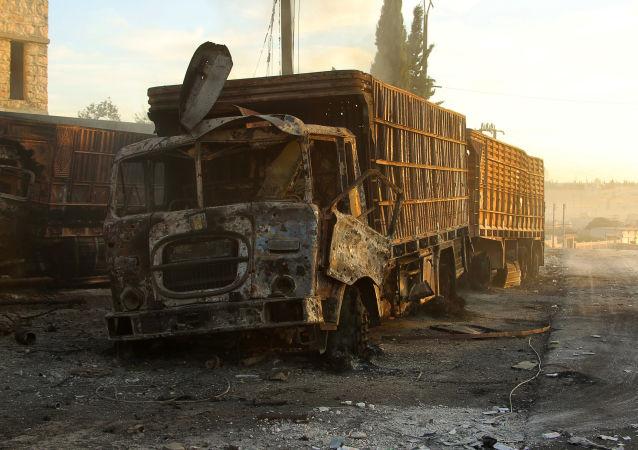 شاحنة مدمرة تابعة لقافلة المساعدات الإنسانية في ريف حلب