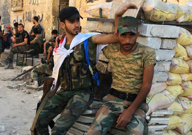 اللجان الشعبية في مخيم حندرات للاجئين الفلسطينيين بعد تحريره من الإرهابيين، شمال شرق حلب، سوريا