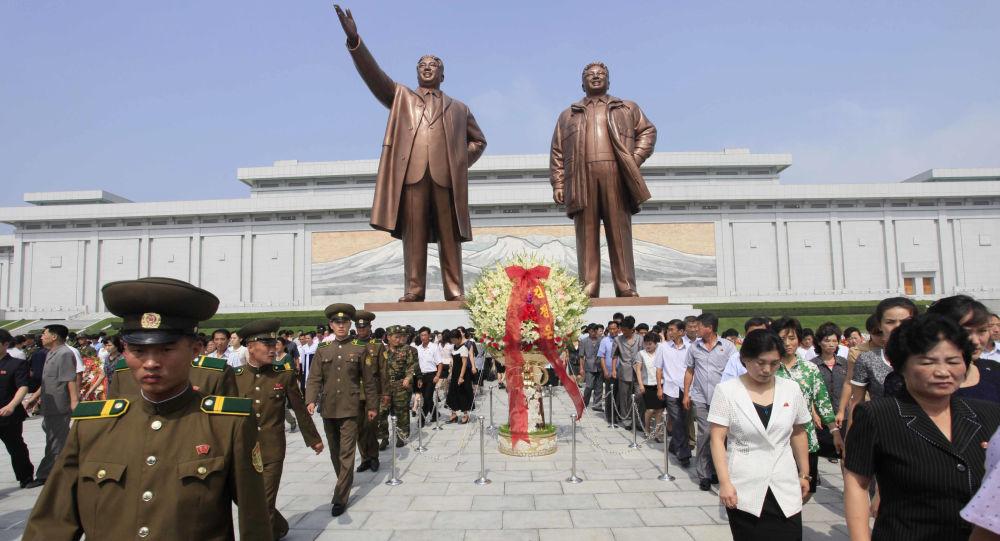 اليوم العالمي للسياحة - زيارة تمثال زعيم كوريا الشمالية الأسبق كم إل سونغ في مدينة بيونغيانغ