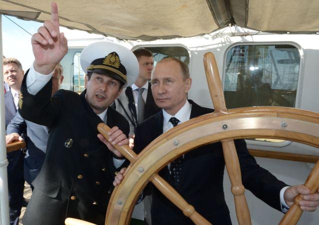 الرئيس الروسي فلاديمير بوتين على متن سفينة شراعية ناديجدا (الأمل) في سوتشي