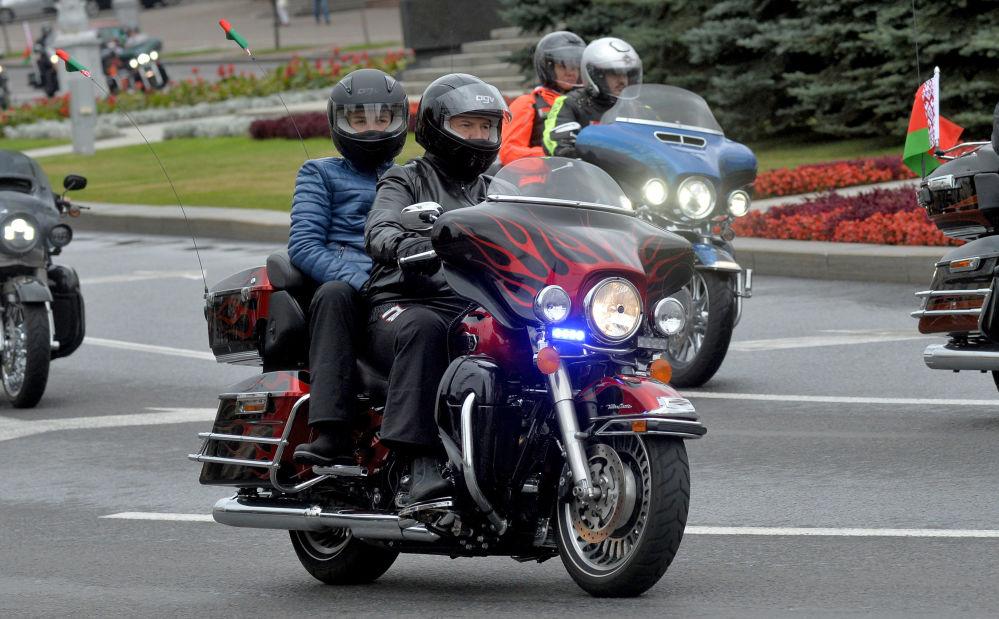 رئيس بيلاروسيا (روسيا البيضاء) ألكسندر لوكاشينكو وابنه نيكولاي يترأسان وفد من الدراجات النارية في مدينة مينسك.