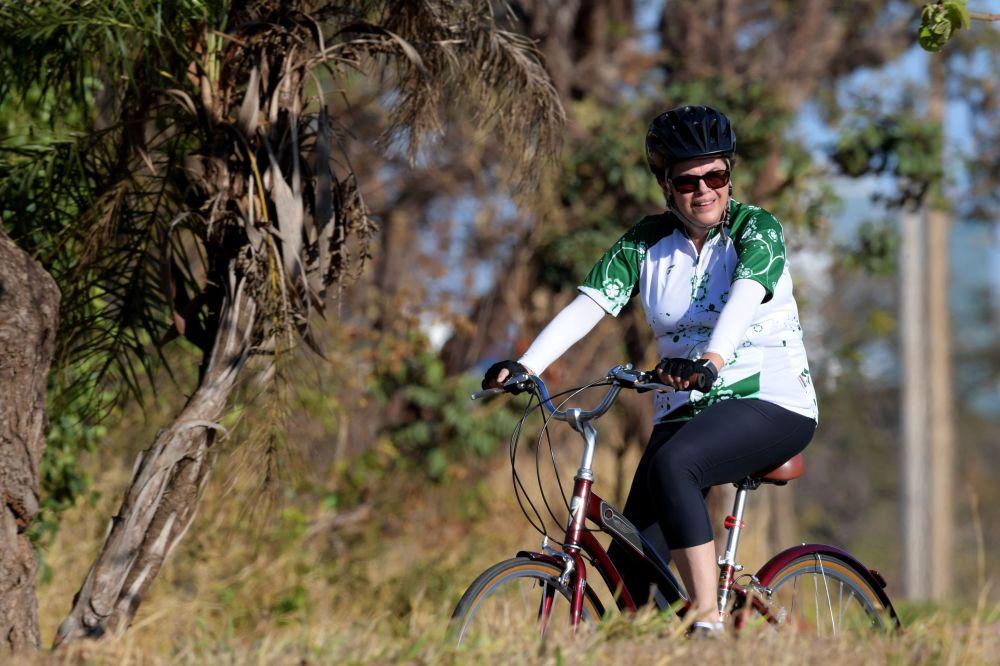 رئيسة البرازيل (سابقا) ديلما روسيف خلال ركوبها لدراجتها الهوائية