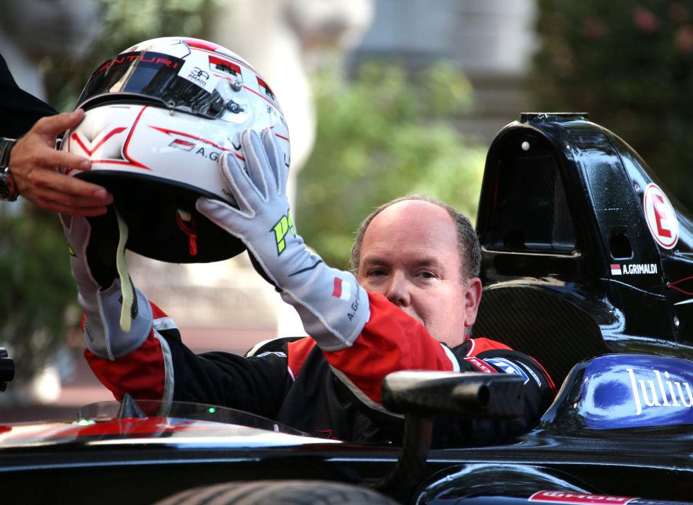 أمير موناكو ألبيرت الثاني بعد قيادته لسيارة فينتوري إليكترونيك خلال سباق الفورمولا-1، 2016.