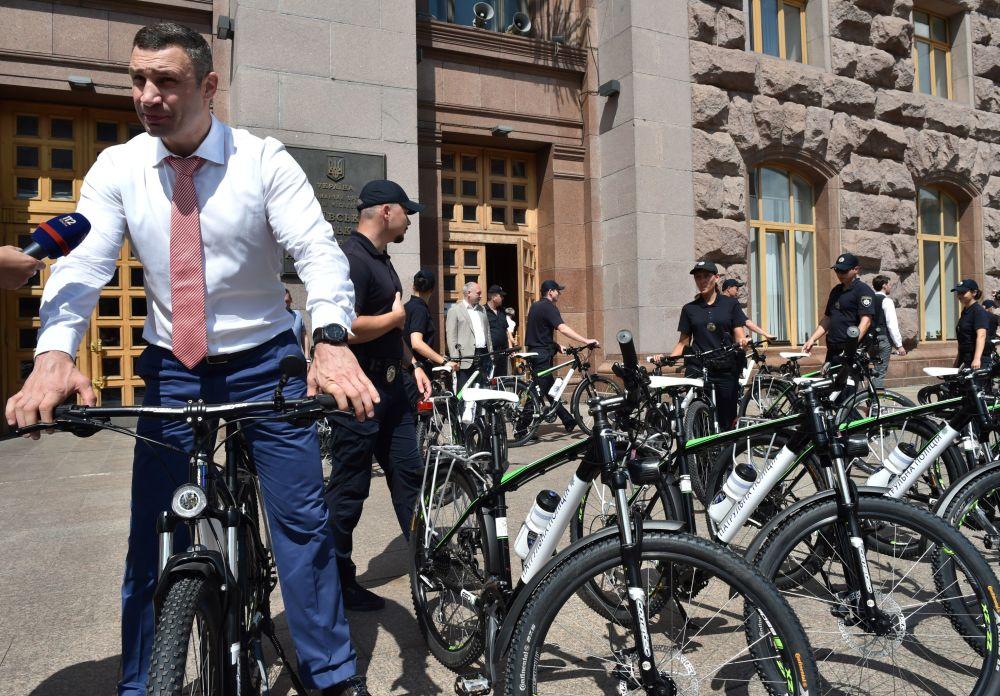 رئيس البلدية بمدينة كييف فيتالي كليتشكو يركب دراجته الهوائية، 2016.