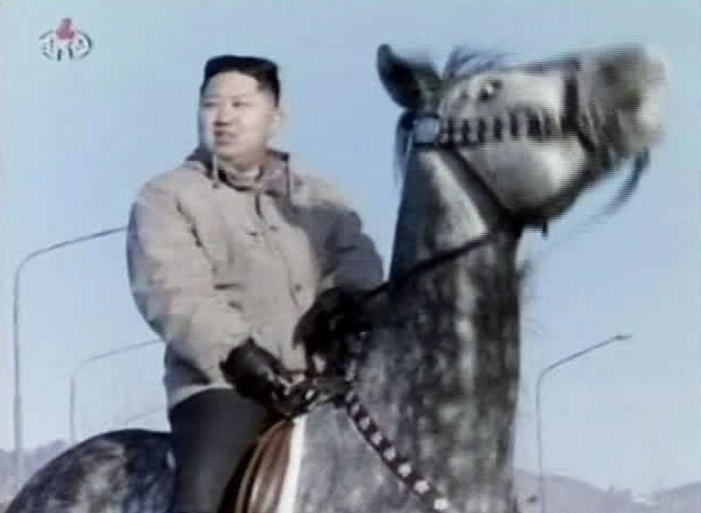 زعيم كوريا الشمالية كم جونغ أون يركب حصانا