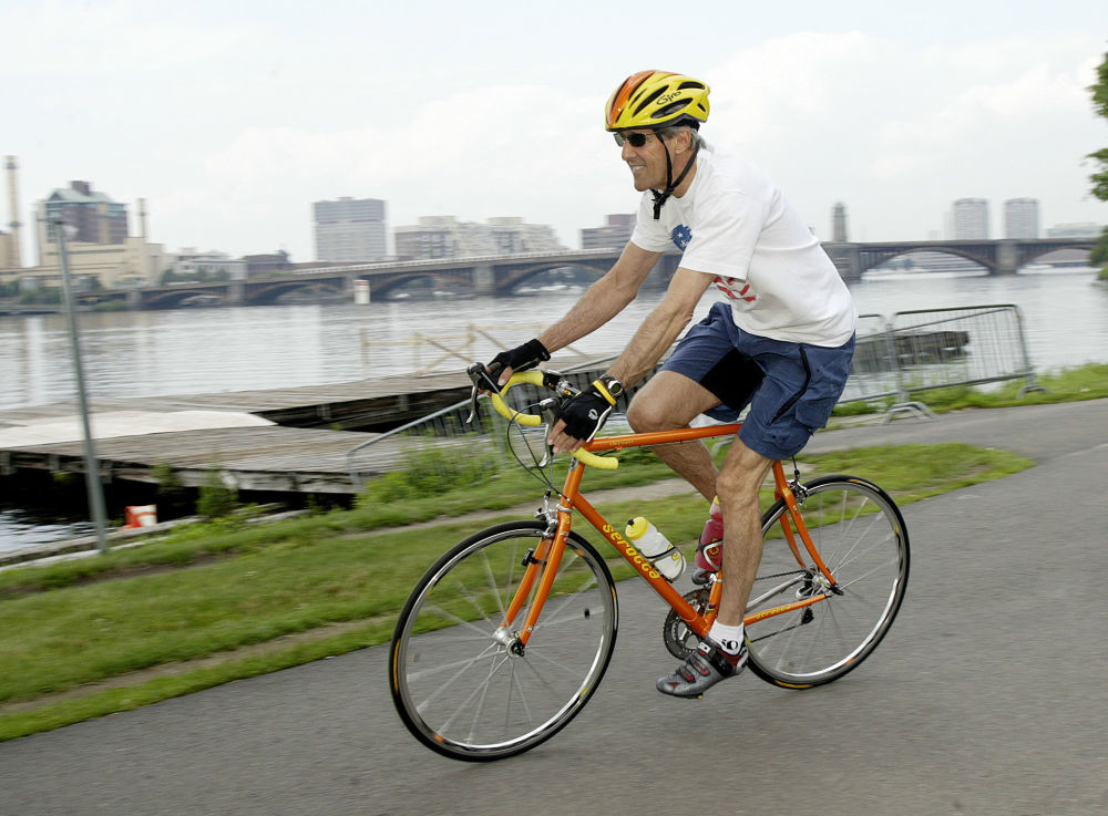 وزير الخارجية الأمريكية جون كيري وهو يقود دراجته الهوائية في بوسطن.