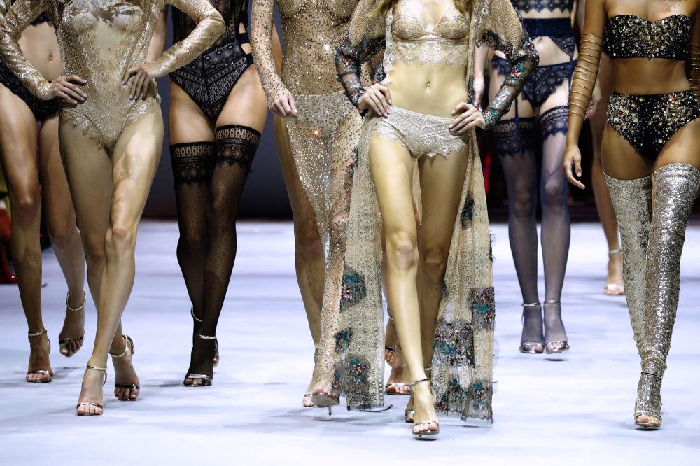 عرض أسبوع الموضة في باريس (Etam Live Show Lingerie) - الأزياء الداخلية لمجموعة ربيع/ صيف 2017 ، 27 سبتمبر/ أيلول 2017.