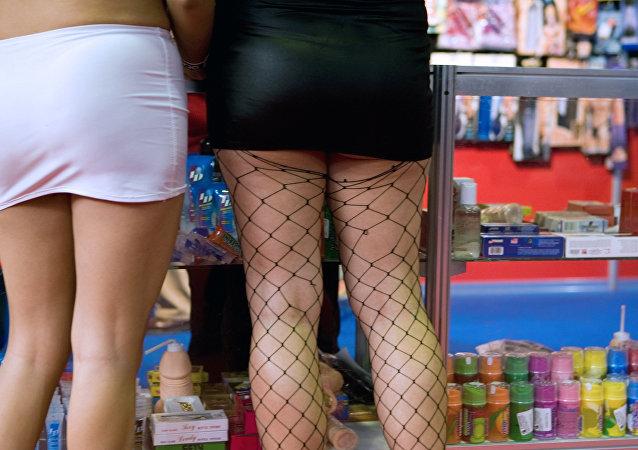 سيدتان أثناء شراء ألعاب جنسية