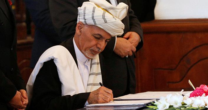 الرئيس الأفغاني يوقع اتفاق سلام مع الحزب الإسلامي